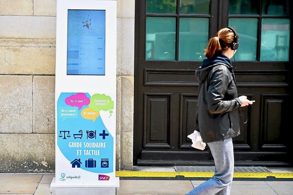 ( Borne soliguide sur le parvis de la gare Bordeaux St Jean )